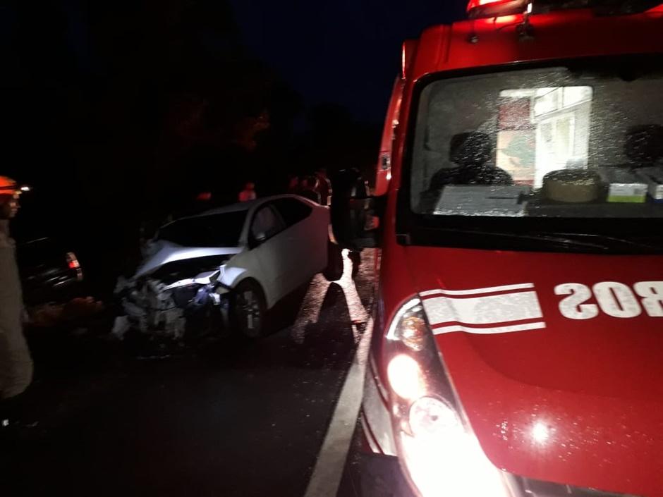 Três pessoas ficam feridas após colisão frontal de veículos na BR-020, em Posse
