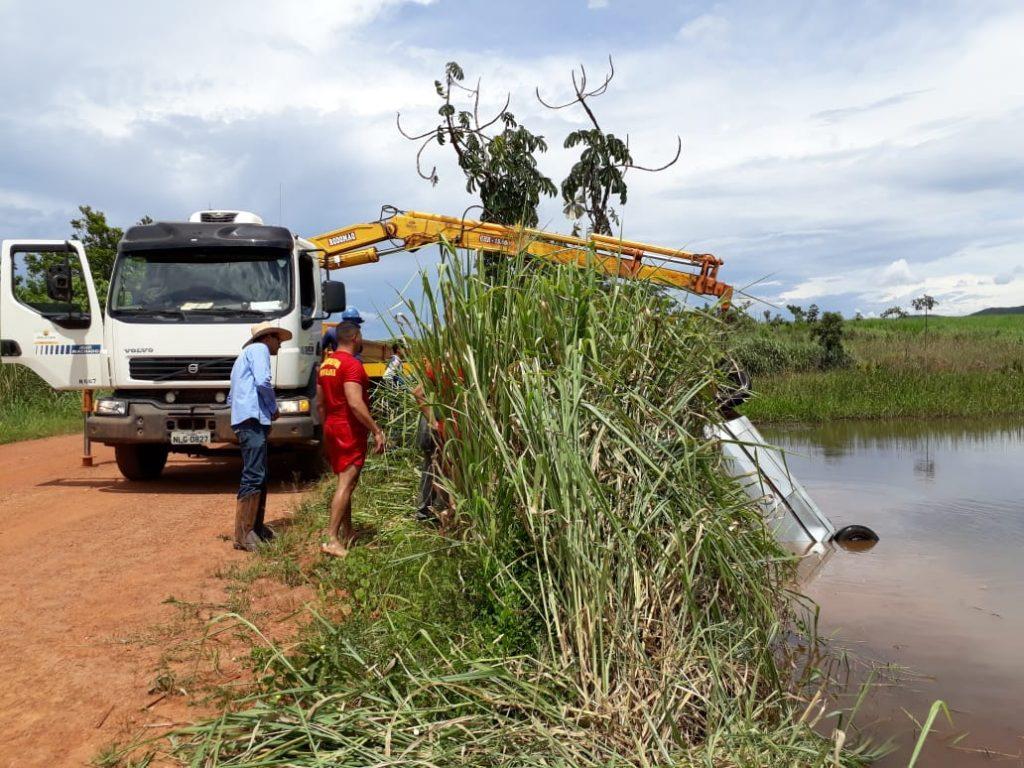 Homem morre afogado após carro cair em represa, em Vila Propício