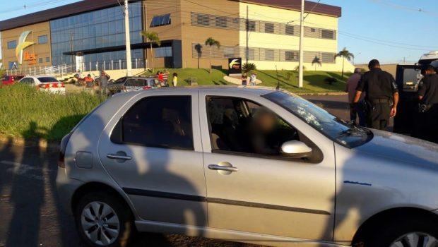 Homem é morto a tiros dentro de carro no Anel Viário, em Goiânia