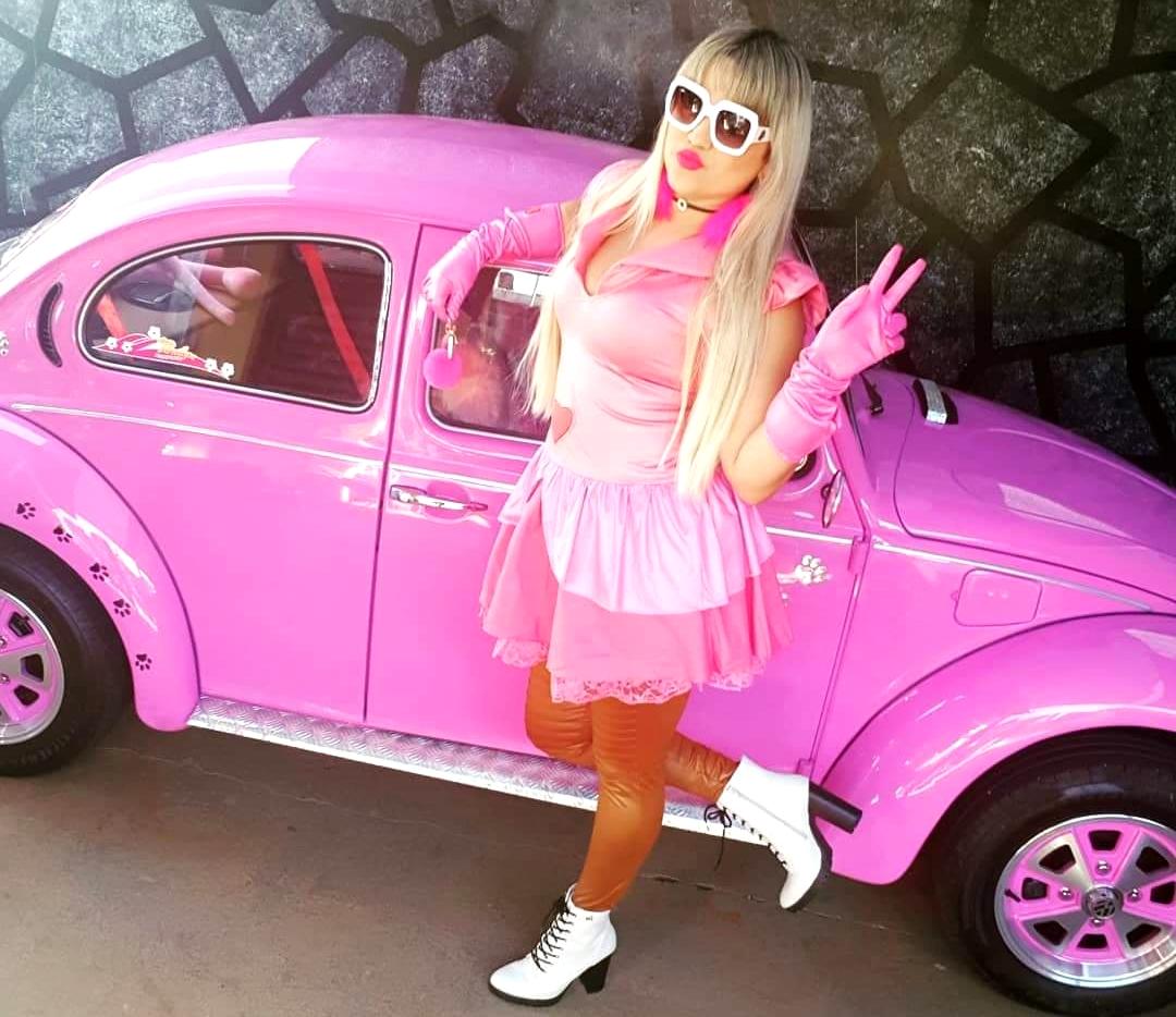 A dona do fusca Penélope Charmosa adora rosa e até se veste da personagem (Foto: Arquivo pessoal / Lailla Cristina)
