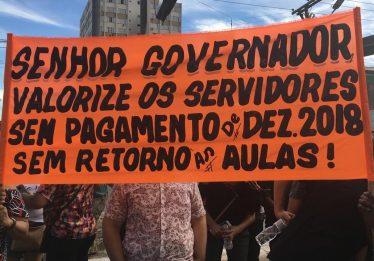 Servidores do Estado fazem manifestação e cobram salários do mês de dezembro
