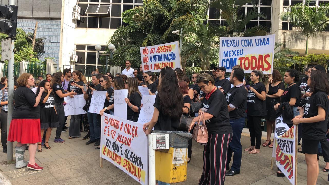 Mulheres se reuniram na porta do TJGO (Foto: Divulgação)