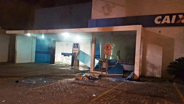 Suspeitos explodem caixa eletrônico de banco, em Minaçu