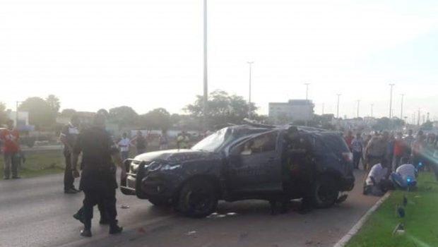 Viatura da Rotam capota e deixa dois policiais gravemente feridos na BR-040, em Luziânia