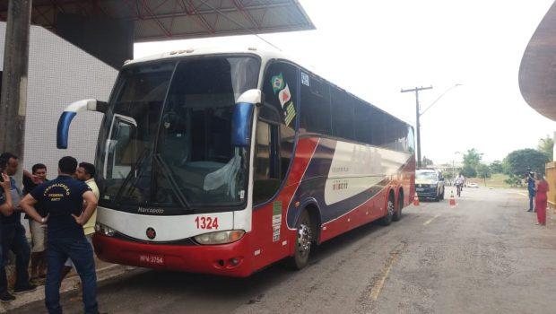 Ônibus que levaria passageiros acidentados na BR-153 é impedido de seguir viagem devido a irregularidades