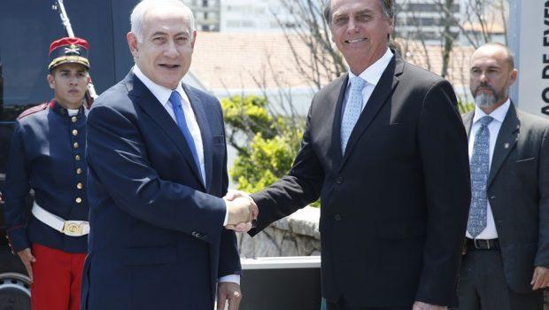 Investigado por corrupção em Israel, Netanyahu é condecorado por Bolsonaro