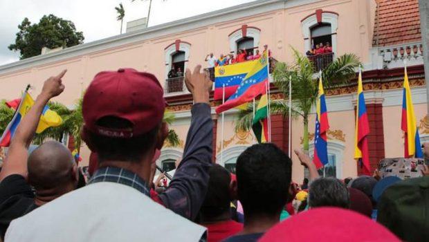 Maduro faz discurso da janela do palácio e diz que se manterá no poder