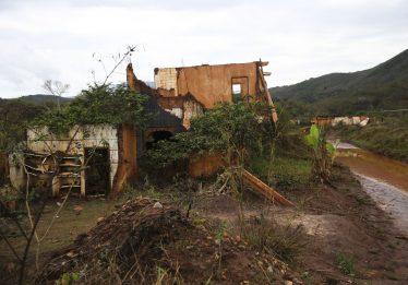 Pescadores fecham ferrovia após aval para Samarco mudar indenização