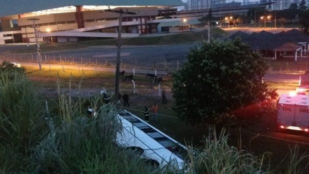 Passageiros do ônibus que caiu no viaduto da BR-153 continuam em Goiânia
