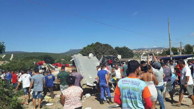 Micro-ônibus que saiu de Goiás se envolve em acidente e deixa seis mortos e 23 feridos, na Bahia