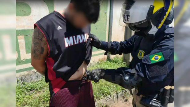 Homem com cocaína na cintura é preso pela PRF, em Aparecida de Goiânia