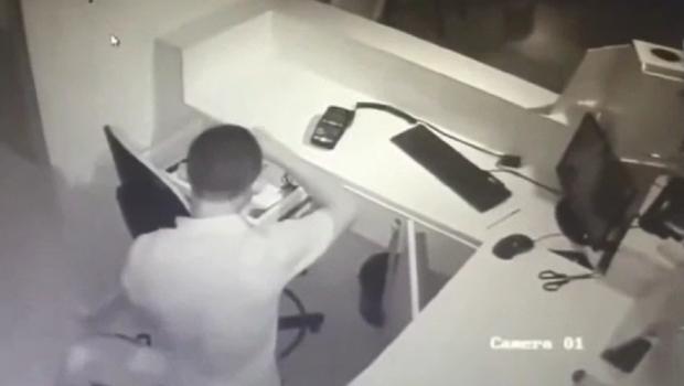 Câmeras flagram homem invadindo e furtando loja em shopping de Goiânia