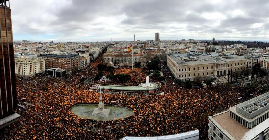 Milhares protestam contra premiê na Espanha e pedem antecipação das eleições