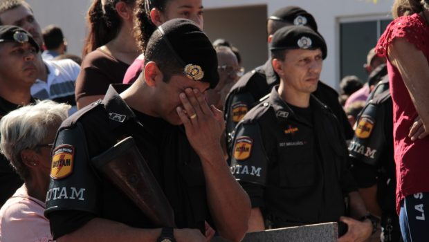 """""""É até difícil falar neste momento"""", diz coronel da PMGO sobre enterro de sargento"""