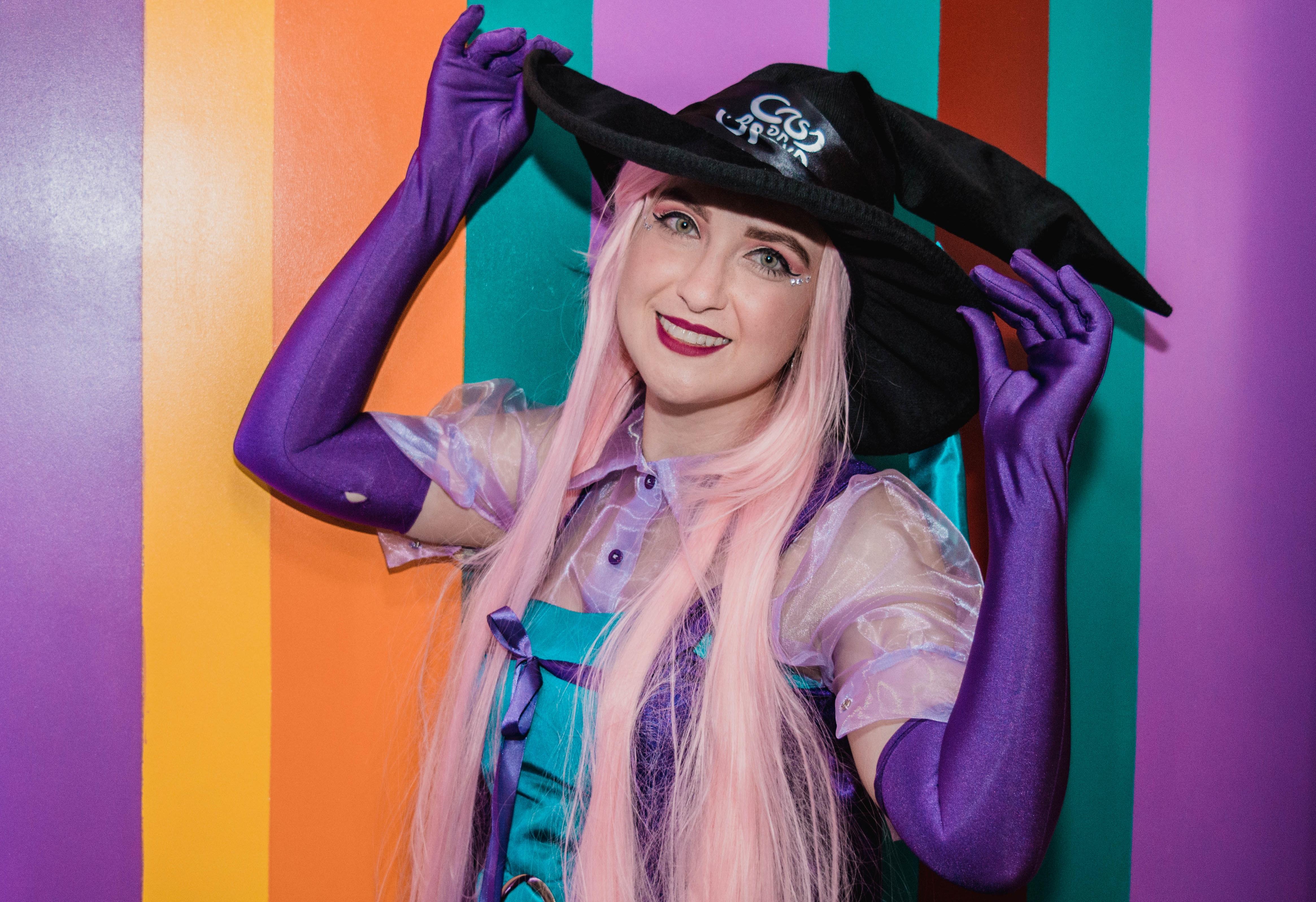 A Bruxinha preparou oficina de máscaras e uma seleção para o Ministério da Magia durante seu bloquinho de Carnaval (Foto: Divulgação)