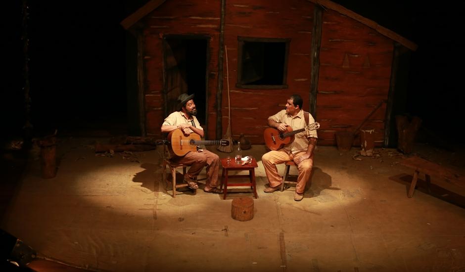 Artistas Alex Pereira e Saulo Lopes, em apresentação de Causos, Viola e Cachaça (Foto: Cristovão Matos / Divulgação)