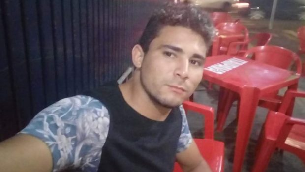 Homem é morto a facadas após brigar com esposa em bar, em Goiânia