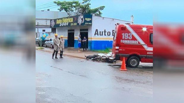 Mulher morre após acidente entre moto e caminhão, no Parque Oeste Industrial