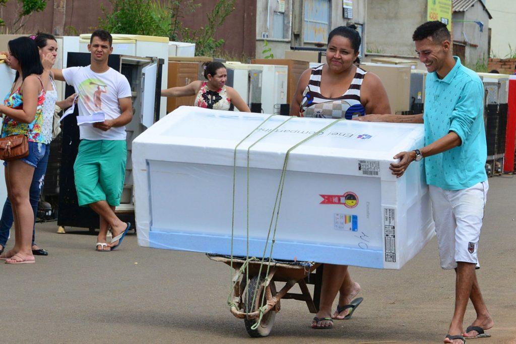 Programa 'Enel Compartilha Eficiência' realiza a troca de 100 geladeiras em Caldas Novas