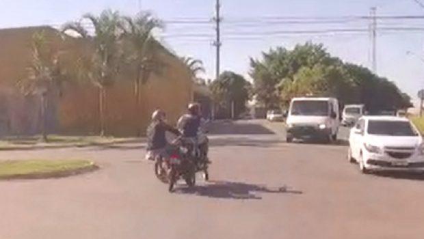 Policial grava fuga de bloqueio e batida de motos, em Aparecida de Goiânia