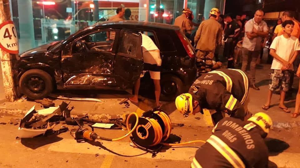Motorista embriagado avança sinal, bate em veículo e deixa oito pessoas feridas, em Caldas Novas