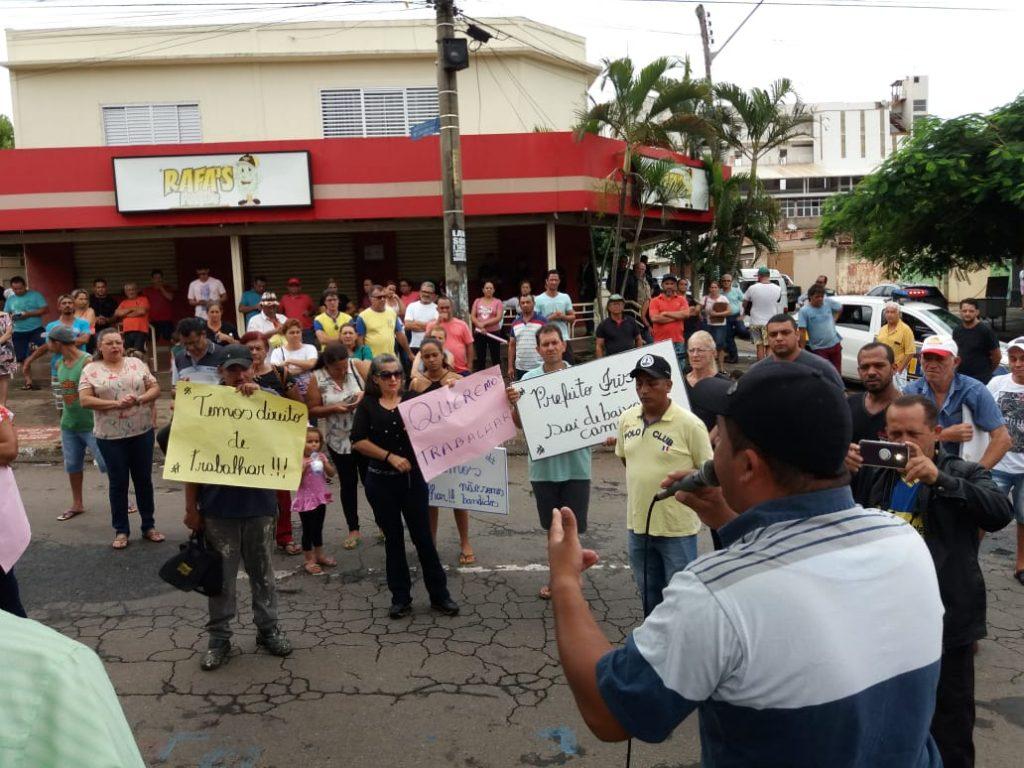 Trabalhadores protestam contra mudança da Feira do Novo Horizonte, em Goiânia