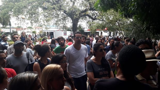 Professores protestam na Secretaria de Educação, em Goiânia⠀