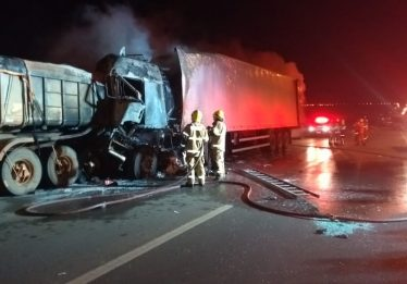 Acidente entre duas carretas termina com uma morte na BR-060