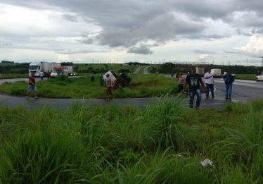 Três pessoas tentam ajudar vítimas de acidente e morrem atropeladas por caminhão na BR-060, em Rio Verde