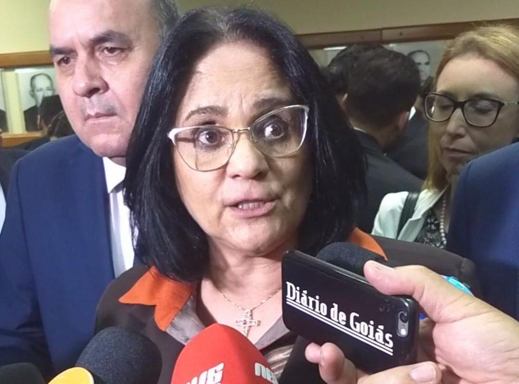 """Em Goiânia, ministra Damares Alves manda recado a abusadores sexuais: """"acabou a palhaçada"""""""
