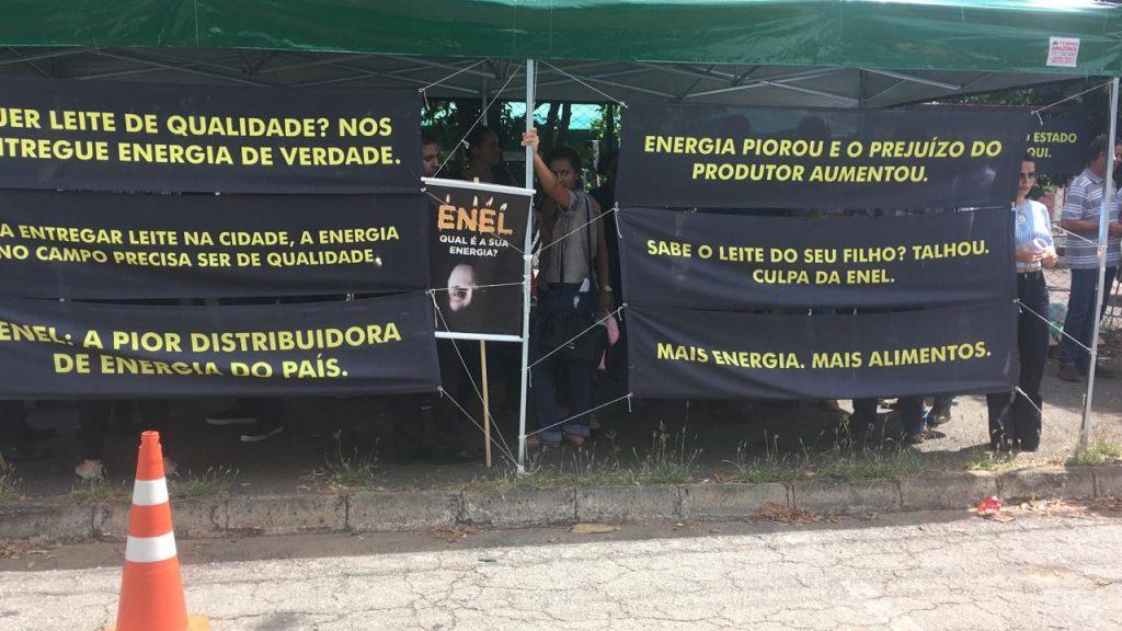 Produtores de leite protestam contra a qualidade no fornecimento de energia em frente à Enel, em Goiânia