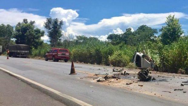 Homem morre e outro fica ferido em acidente entre carro e carreta na BR-020, em Vila Boa