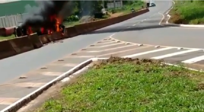 Carro de suspeito de roubo capota e pega fogo na GO-080