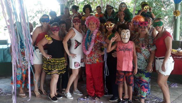 Cerca de 80 idosos aproveitam Carnaval da terceira idade em Goiânia