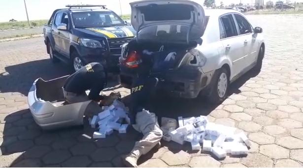 PRF apreende 230 celulares que estavam em fundo falso de veículo