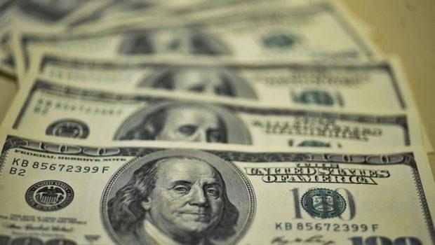 Com Previdência no foco, dólar retoma alta de olho também no exterior
