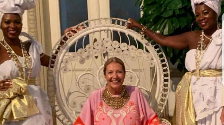 Diretora da Vogue Brasil é criticada por festa considerada racista