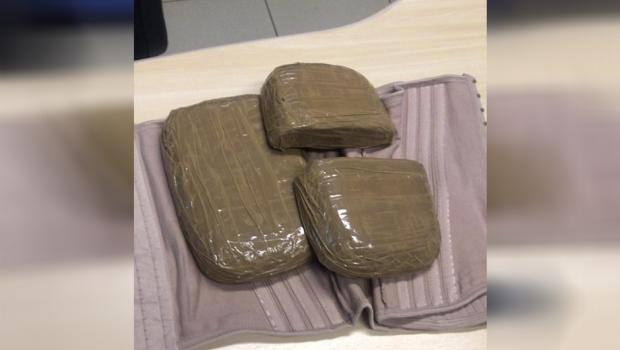 Mulher com bebê de colo é presa por tráfico internacional de drogas em Goiânia