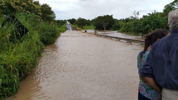 Rio Santa Rosa transborda e invade GO-164, entre São Luís dos Montes Belos e Sanclerlândia