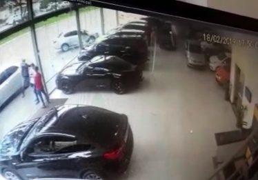 Imagens mostram momento em que dois homens são mortos a tiros na porta de garagem de veículos, em Goiânia