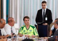Jair Bolsonaro usa camisa 'pirata' do Palmeiras em reunião e bomba na web