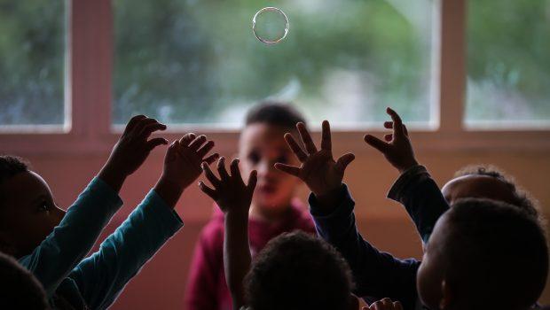 Só cinco estados devem colocar metade das crianças em creche até 2024, diz estudo