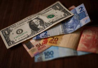 Desarticulação política leva dólar a R$ 3,90; Bolsa cai 3%, e risco dispara