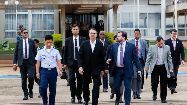 Bolsonaro embarca em avião rumo aos EUA