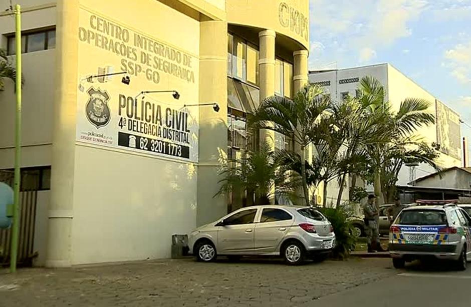 Trio é preso após assaltar pessoas em ponto de ônibus, em Aparecida de Goiânia