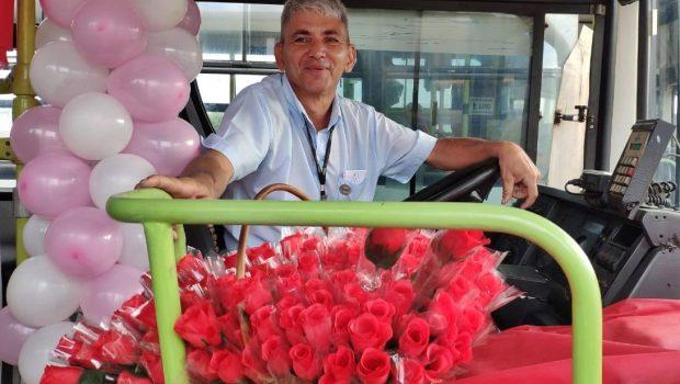 Motorista decora ônibus e distribui mais de 500 flores para passageiras em Goiânia