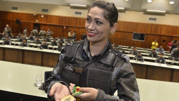 Policial que matou assaltante é condecorada na Assembleia Legislativa de Goiás