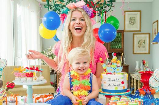 Karina Bacchi faz festa de carnaval particular para filho