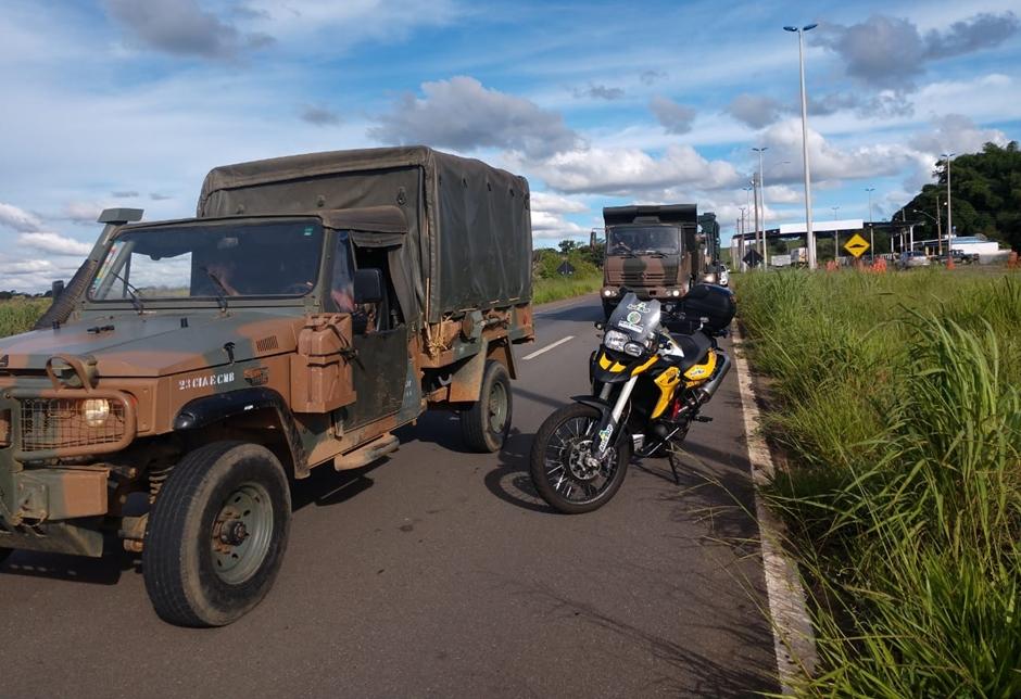 Exército transporta carga para instalação da ponte metálica na GO-060