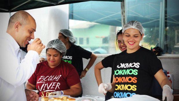 Adolescentes doam alimentos para pacientes e famílias na porta de hospitais em Goiânia
